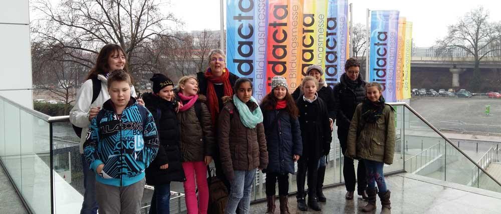 Gruppe vor dem Messegelände der DIDACTA